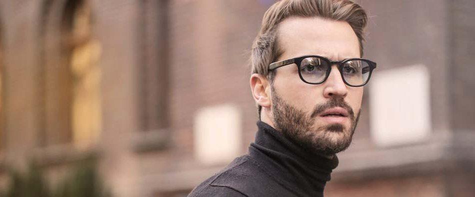 Gepflegter, aber gestresst wirkender Mann mit Brille, der womöglich am Burnout-Syndrom erkrankt ist.