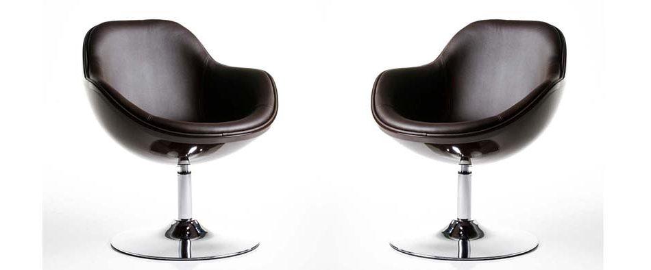 Zwei schwarze Ledersessel aus der psychologischen Praxis, die rechtwinklig zueinander positioniert stehen.
