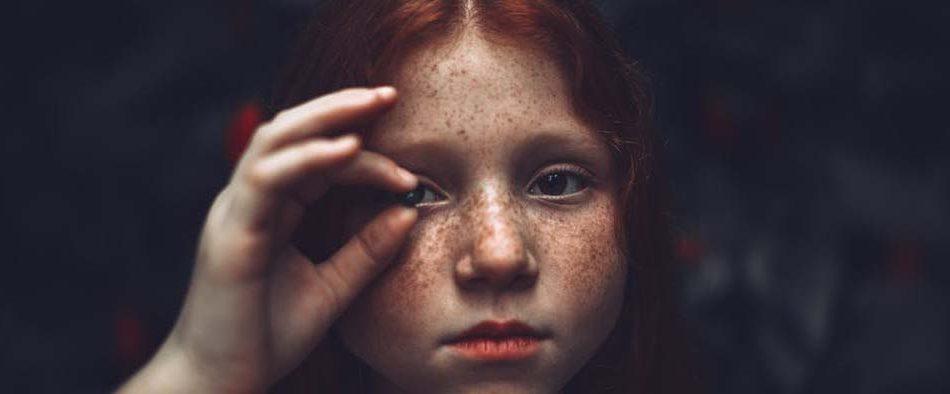 Kleines rothaariges Mädchen, das unter bestimmten Umständen später eine Essstörung entwickeln könnte.
