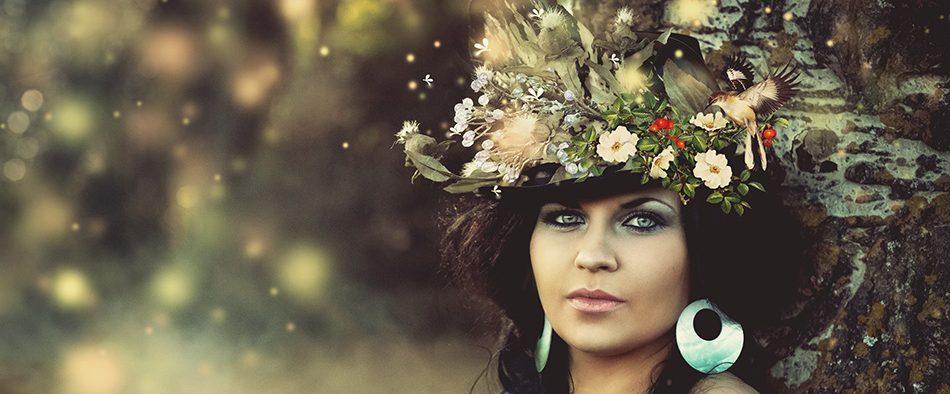 Mysteriöse Dame mit großem Blumenhut im Wald, wie eine mythische rätselhafte Figur