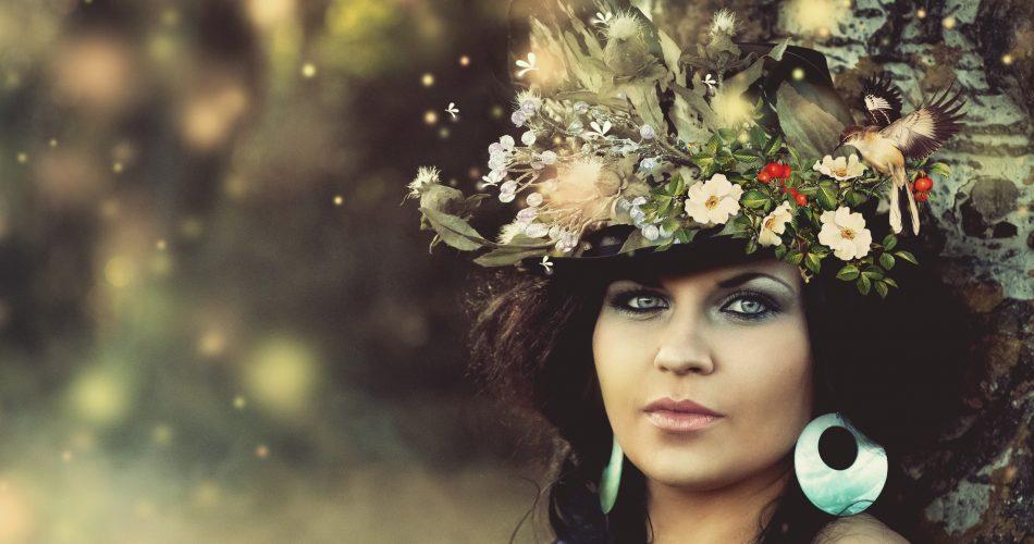 Mysteriöse Dame in der Natur mit Hut, die aussieht wie ein unbekannter Anteil im inneren Team meiner Persönlichkeit.