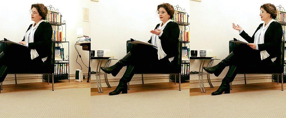 Frau Brunner sitzt auf einem Sessel in einer therapeutischen Behandlung.